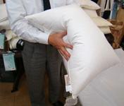 枕を横から軽くたたいて整える